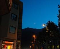 Una suggestiva immagine della Luna, ripresa dalla piazza Centenario di Villar Perosa.