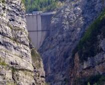 Immaginate per un attimo la possente onda che scavalcò la cima della diga per riversarsi su Longarone , il rumore il vento spinto dall'onda e poi l'acqua