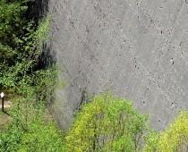 La parte bassa della diga come appare oggi , da notare la possente muraglia di cemento la quale era a stretto contatto con l'acqua. Grande opera di costruzione Italiana molto ben concepita